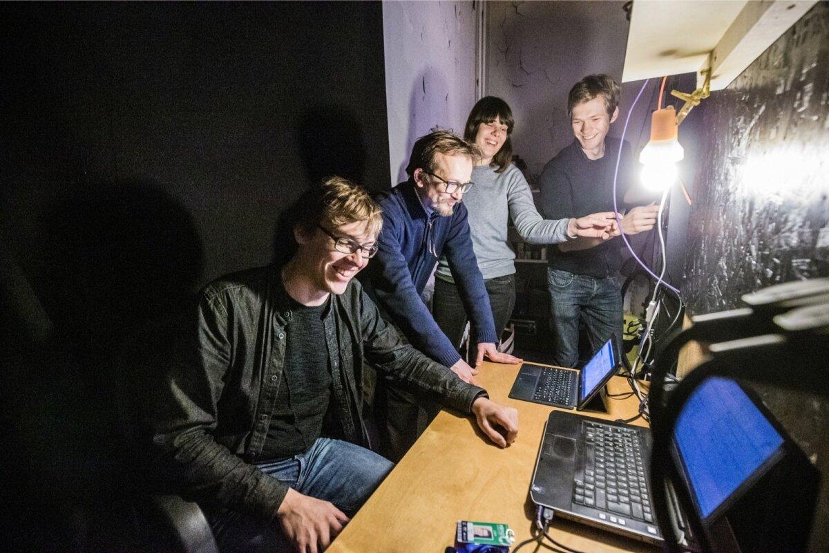 """""""Eestis ja ka Tartus näidatakse palju filme, ent arthouse-kino siin enne Elektriteatrit ei olnud. Tundsin väga puudust mitmekesisusest,"""" meenutab Andres Kauts (vasakult esimene) kino loomise põhjust."""