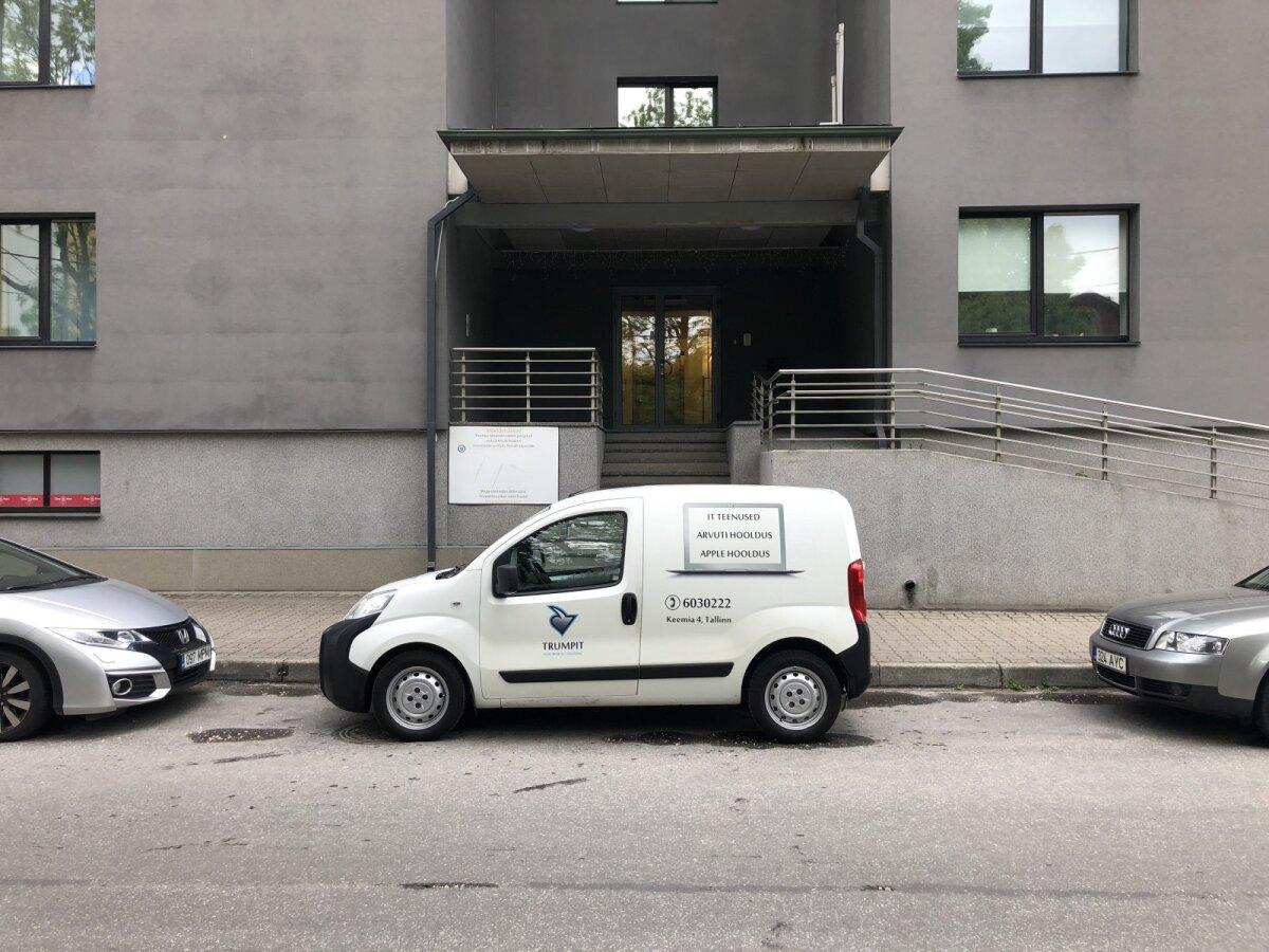 Trumpit Solutionsi kaubik kontori ees