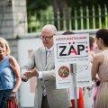 Pidev käte desinfitseerimine aitas eestlastel kõhuviirused eemal hoida. Pildil puhastavad käsi presidendi Roosiaia vastuvõtu külalised.