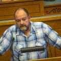 17.09.2015, kell 10.35, Mihhail Stalnuhhin esineb Riigikogu kõnepuldis, auto samal ajal Narvas, Pähklimäe Gümnaasiumi sisehoovis