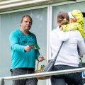 Eile tegi Keskerakond taas kampaaniat, seekord Sääse Maxima ees. Lauri Laatsi reklaamivaid trükiseid ja partei logoga pastakaid jagas Schwenn Seene.