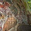 LAHENDAMATA MÕISTATUS: Raidpilt Valgamaal Lüllemäel asuva Karula Maarja kiriku müürikivil. Ülaloleva joonise tegi Väino Poikalainen. Vallo Kruuser