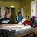 Laupäeval tegid talgulised vanast kraamist puhtaks aastaid tühjana seisnud noortekeskuse ruumid. Külas on soov noortekeskus uuesti tööle saada. Foto: Piret Linnamägi