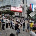 Eile Hiinas: inimesed kogunevad seletamatult värisema hakanud kõrghoone ümber (foto: AFP / Scanpix)