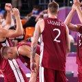 Läti korvpallurid poolfinaali võitu tähistamas