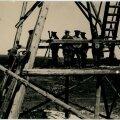 Enne 1941. aasta juunit erru lastud ja reservi arvatud umbes 200 Eesti ohvitseri lülitati varem kogutud andmete alusel NKVD poolt küüditatavate nimekirjadesse ning saadeti Põhja-Venemaa ja Uurali vangilaagritesse. Mõne üksiku erandiga lasti nad kõik maha või hukkusid laagrites. Kaadriohvitseride hulgast valiti 24 kõrgemat ohvitseri, kes saadeti Moskvasse nn täienduskursustele. 19 neist arreteeriti hiljem ning pea kõik hukkusid. Suvelaagrisse jäänud ohvitserid ja mõned allohvitserid arreteeriti ning küüditati samaaegselt üldise küüditamisega juunis 1941. Fotol suvelaagri väljaõppeväljaku vaateplatvorm.