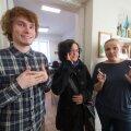 (Vasakult) Jaan Raul Ojastu, Heidi Rannik ja Alla Kurg näitavad viipekeeles Tallinna Heleni kooli nime. Kõik on veendunud, et tavakool ei suuda praegu kurtidele sama head haridust pakkuda kui sulgemisohus kool.