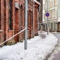 Viljandi vanalinnas on kõnniteedele tõmmatud hoiatuslindid