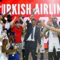 Anadolu Efesi võidukas meeskond eesotsas peatreener Ergin Atamaniga tähistab võitu.