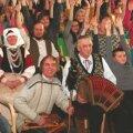 Rahvamuusikud külas Kadrina kooliperel. Kohtumine paisus ülemeelikuks rõõmupeoks. Foto: Enn Mälgand