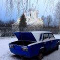 Tänav lõpeb kiriku ja ärikeskusega: Unustatud sinine Žiguli kirikuaia taga.