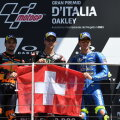 Poodiumile pääsenud Fabio Quartararo, Miguel Oliveira ja Joan Mir lehvitasid varalahkunud Jason Dupasquieri auks Šveitsi lippu.