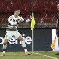 Cristiano Ronaldo äärekohtunikuga vaidlemas.