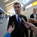 Eile Chicagost NATO tippkohtumiselt naasnud peaminister Ansip pidi juba lennujaamas ajakirjanike küsimustele vastama. (Foto: Rauno Volmar)