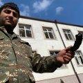 Armeenia sõdur näitab pommikildu.