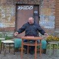 Aleksander Veskilt oli täna hommikul valmis linnaametnikke võõrustama ja oma seisukohti selgitama. Võimalikuks pressikonverentsiks toodi tänavale isegi väike laud.