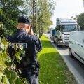 Politsei otsib nutitelefonidega inimesi roolis.