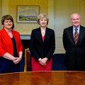 Theresa May (keskel), Põhja-Iiri valitsusjuht Arlene Foster ja asepeaminister Martin McGuinness