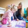 Elisabethi ema Regina õpetab tütart Memory kaartide abiga rääkima.