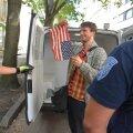 DELFI FOTOD JA VIDEO: Politsei viis USA saatkonna ees lippu põletada soovinud poliitaktivisti Meelis Kaldalu minema