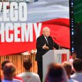 ÜKS TÕDE: Poola Seaduse ja Õigluse (PIS) liider Jaroslaw Kaczynski parteinoortele esinemas. PIS on demokraatlikust paremtsentristlikust parteist muutunud autoritaarseks populistlikuks.