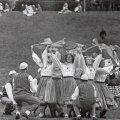 """Tallinna Polütehnilise Instituudi rahvatantsurühm Kuljus I vabariiklikul rahvatantsupeol 1963. aastal """"Seppade tantsu"""" esitamas. Helmi Tohvelman lavastas tantsu 1962. aastal, muusika pärineb Eugen Kapi balletist """"Kalevipoeg"""". Tantsus kujutatakse seppade tööd. Fotol lahvatab naiste mummust punaste rätikutega kujutatav ääsileek."""