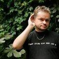 TAAS ELUGA HARJUNUD: Tõnu Kaalep oma töökoha, Tallinna Linnateatri õuel 24. augustil 2010. Siim Vahur