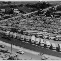 17. Üldlaulupidu. Lennuvaade autode ja bussidega täidetud parklale.