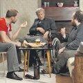 """Raul (Märt Avandi), Viktor (Aleksander Eelmaa) ja Artur (Jaan Pehk) räägivad tupiktänava jutte. (Kaader filmist """"Tupiktänava mehed"""")"""