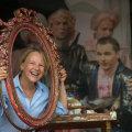 Juba üheksa aastat Eestist eemal töötanud Natalie Lubenets märgib, et tema hinnangul on Eesti saanud palju avatumaks riigiks kui varem. Fotol poseerib ta Estonia maja juubeliaasta puhul teatri ees avatud Estonia 100 Waba Lawa rekvisiitide keskel.