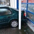 FOTOD: Lapselapsele autot ostma läinud vanahärra tagurdas proovisõidul sõidukiga vastu kindlustusfirma klaasseina