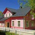 BARBIE UNISTUS: Puidust pitside ja satsidega roosa maja. Vallo Kruuser