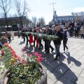 ФОТО Delfi | В Нарве люди массово несут цветы к монументам