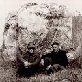 Hjalmar Märska ja Oskar Raudmets Vaskjalas Mustikivi juures. 1983. Foto: Oskar Raudmetsa arhiiv