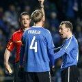 Viktor Kassai näitab punast kaarti Raio Piirojale, otsusega pole rahul ka Konstantin Vassiljev.