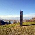 На холме в Румынии обнаружили загадочный металлический монолит. Недавно такой же пропал из пустыни США
