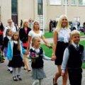 Nagu traditsiooniks saanud, juhatasid esimeste klasside lastele nende koolitee kätt e abituriendid