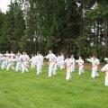 Karateekate suvelaagris Illukal õppisid noorsportlased suhtlusbarjääri ületama