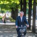 """Kui fotograaf teeb Jan De Maeseneerile ettepaneku pildi jaoks rattaga sõita, on ta hea meelega nõus. """"See on ju täpselt see, millest arstidena räägime!"""" ütleb ta. Küll aga soovitab ta liigeldes ikkagi ka kiivrit kanda."""