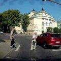 LUGEJA VIDEO   Auto sõidab punase tulega jalakäijaid täis ülekäigurajale