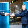 Prudentia partner Illar Kaasik annab auhinna üle Tallinki juhile Paavo Nõgenele.