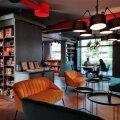 Rahva Raamatu poega sümbioosis töötava restorani interjöör on tänu raamaturiiulitele hubane.
