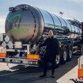 N.R. Energy juhatuse liige Richard Viies näitab uusi Volvo tsisternveokeid, mis osteti spetsiaalselt bituumeni veoks.