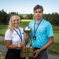 Hooaja parimad Soe ja Jegers vastu võtmas Eesti meistrivõistluste rändkarikat.