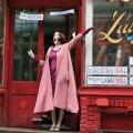 """VAIMUKAS NAINE: Sarja peategelane on Miriam """"Midge"""" Maisel (Rachel Brosnahan), koduperenaine 1950ndate lõpu New Yorgis, kes osutub andekaks püstijalakoomikuks."""