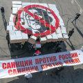 """Obama-vastane meeleavaldus Moskvas pappkarpide ja loosungiga """"Venemaa-vastased sanktsioonid on sanktsioonid minu vastu""""."""