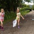 Õekesed Elis ja Helena mängivad lihtsat mängu suure rõõmuga. Ainus mure on, et seebimullivedelik saab liiga ruttu otsa.