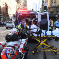ВИДЕО: В Сиднее неизвестный с ножом напал на прохожих. Одна женщина погибла