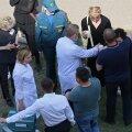 Pärast Kaasani koolitulistamist vajasid paljud inimesed lohutust. Foto on tehtud õppehoone ees.