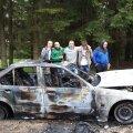 FOTOD: Müsteerium Tartumaal: kamp purjus mehi väitsid põlenud BMW juures, et nad ei tea, kes autoga avarii tegi